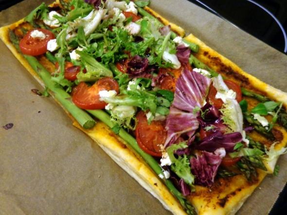 Blätterteigpizza mit grünem Spargel